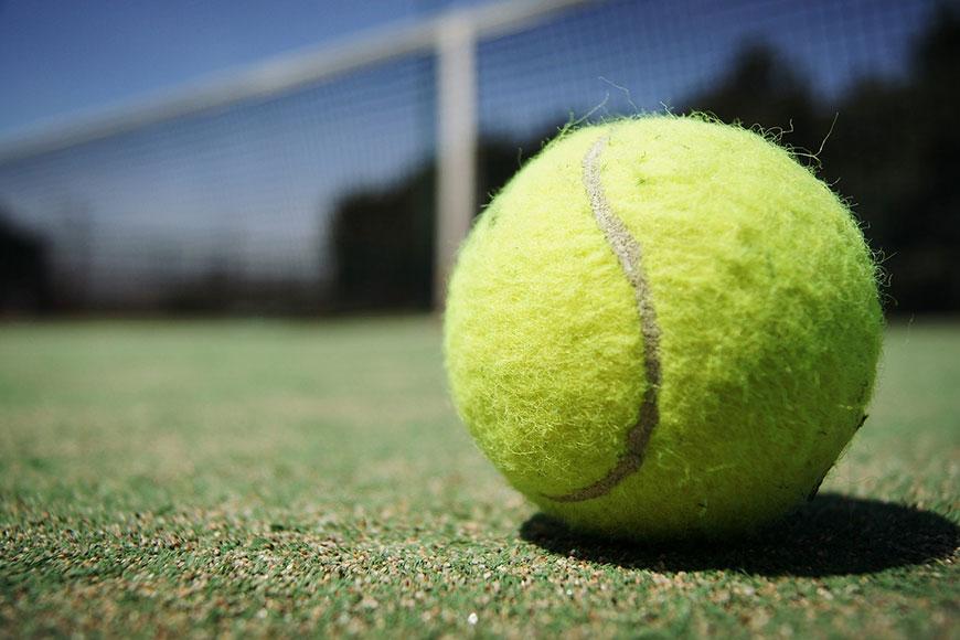 Come e perchè pulire un campo da tennis